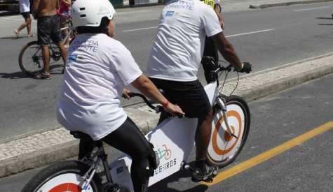 Projeto Pedaleiros leva deficientes visuais para andarem de bicicleta em Copacabana
